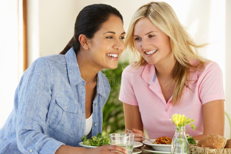 Dwa kobiety Ma posiłek W kawiarni fotografia royalty free