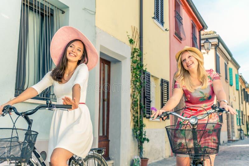 Dwa kobiety na bicyklach obrazy stock