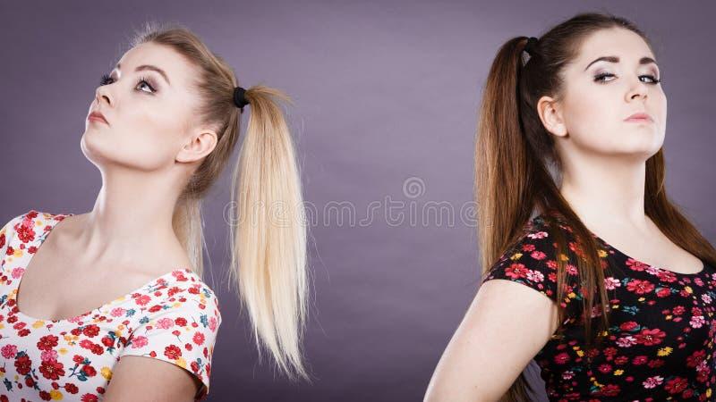 Dwa kobiety obraża dostawać garb fotografia stock