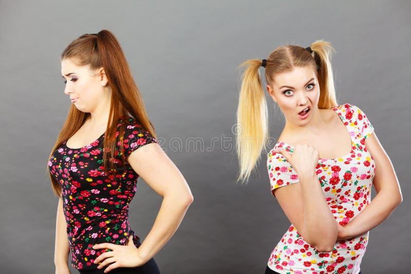 Dwa kobiety obraża dostawać garb obraz stock