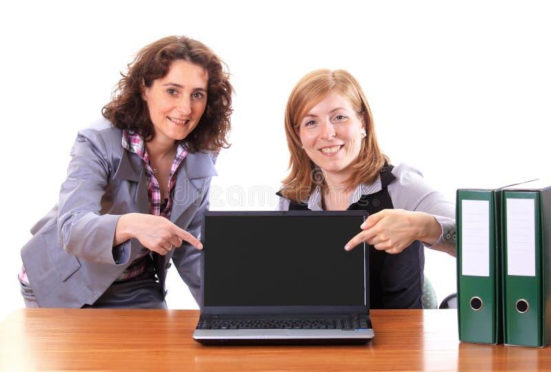 Dwa kobiety pokazuje pokazu notatnik zdjęcie stock