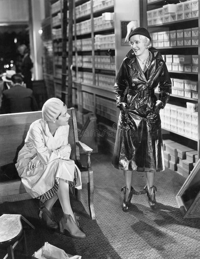Dwa kobiety przy obuwianym sklepem (Wszystkie persons przedstawiający no są długiego utrzymania i żadny nieruchomość istnieje Dos fotografia royalty free