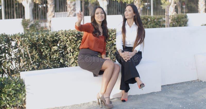 Dwa kobiety relaksuje gadkę i ma fotografia royalty free