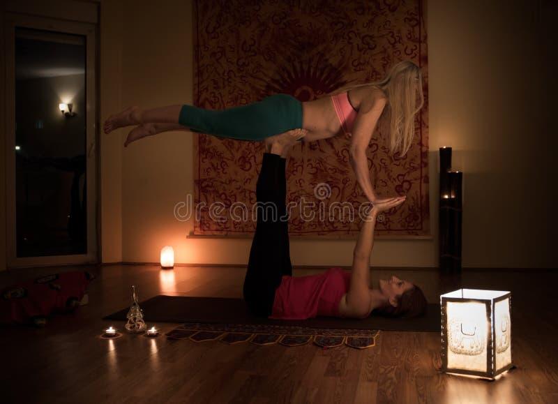 Dwa kobiety robią joga zdjęcie stock