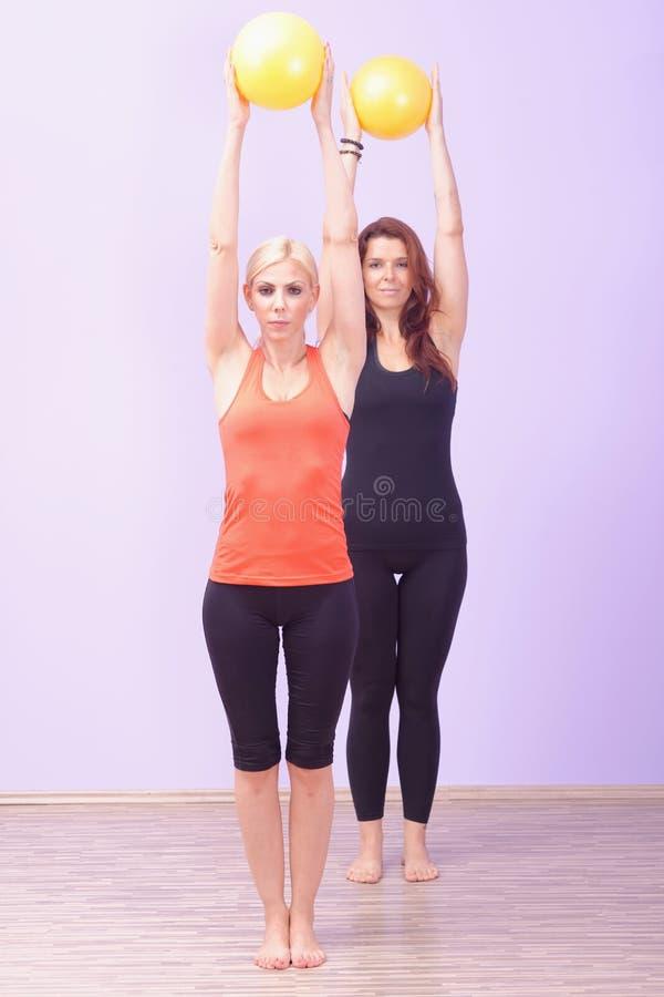 Dwa kobiety robi Pilates ćwiczeniu obraz royalty free
