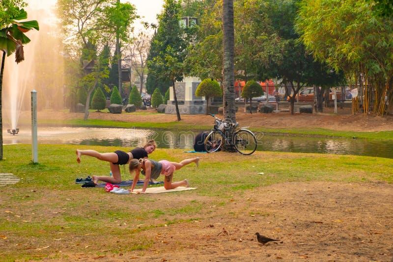 Dwa kobiety robi streching ćwiczeniu jako to samo jak joga zdjęcie royalty free
