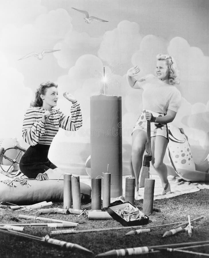 Dwa kobiety siedzi wokoło pożarniczych prac (Wszystkie persons przedstawiający no są długiego utrzymania i żadny nieruchomość ist zdjęcia stock