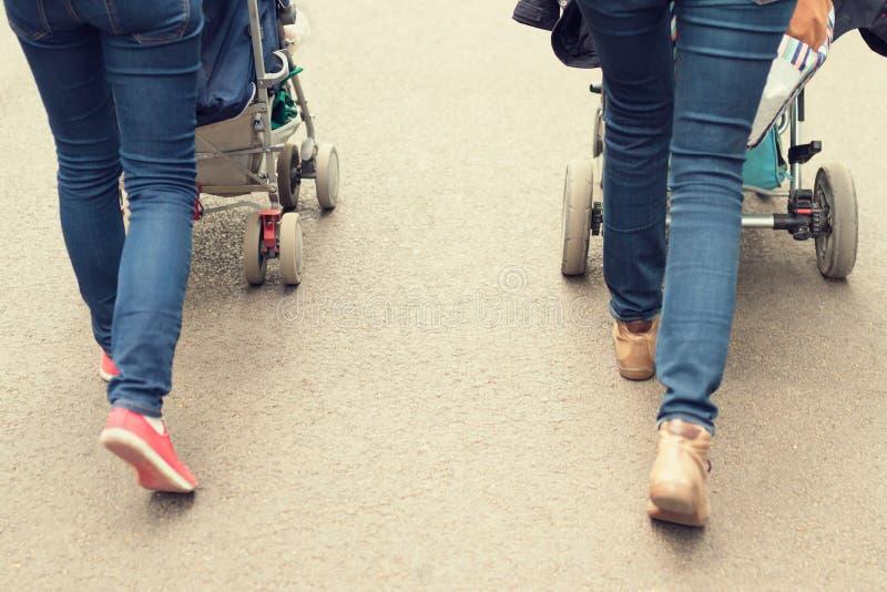 Dwa kobiety spaceruje dzieci w pushchairs obraz royalty free