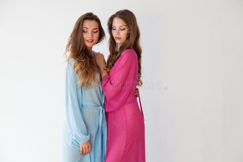 Dwa kobiety stoi zakończenie z w piżamach obrazy royalty free