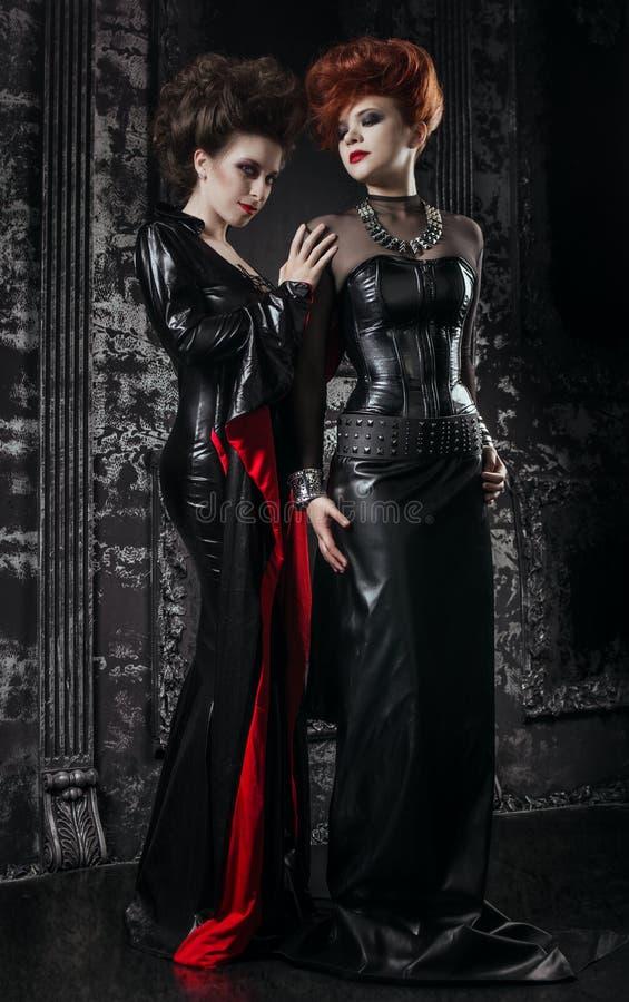 Dwa kobiety w fetyszy kostiumach fotografia stock