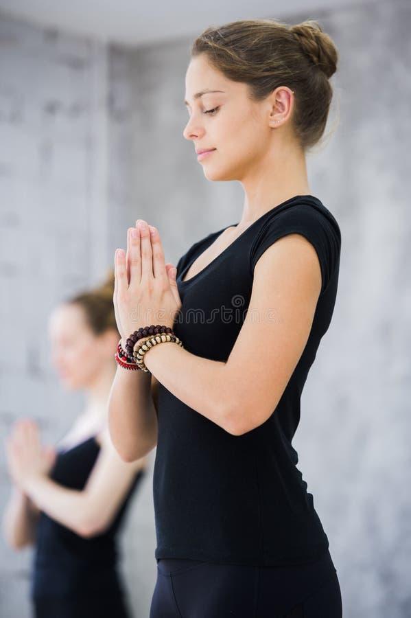 Dwa kobiety w gym klasie, relaksu ćwiczeniu lub joga klasie, zdjęcia stock
