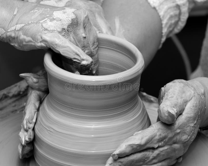 Dwa kobiety w trakcie robić glinianej wazie na ceramicznym kole zdjęcie royalty free