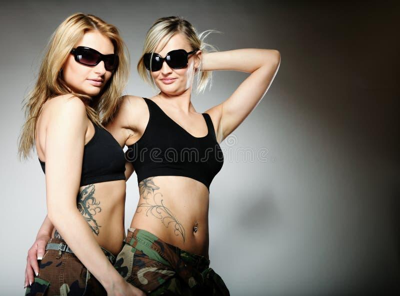 Dwa kobiety w wojskowym odziewają, wojsko dziewczyny fotografia royalty free
