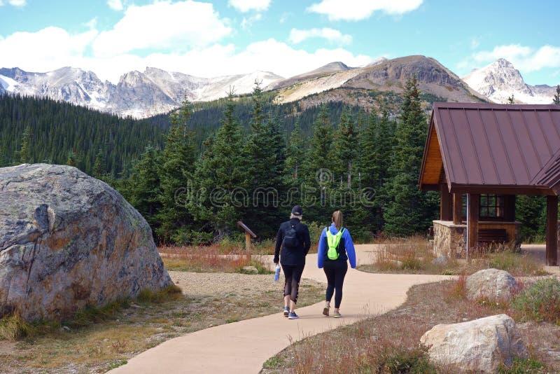 Dwa kobiety Wycieczkuje w Skalistych górach obrazy royalty free