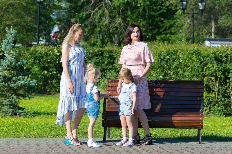 Dwa kobiety z młodymi dziećmi na ulicie zdjęcie royalty free