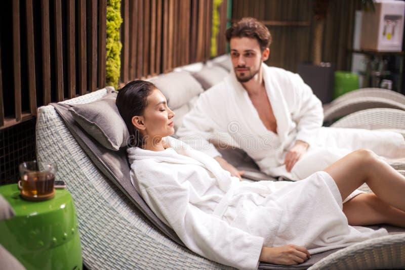 Dwa kochanka wydaje czas w wellness centrum fotografia royalty free