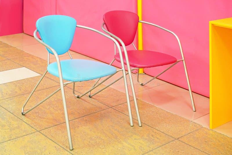 Dwa kolorowe krzesła obrazy stock