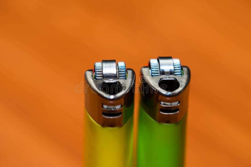 Dwa kolorowej papierosowej zapalniczki zamkniętej w górę makro- strzału zdjęcie stock
