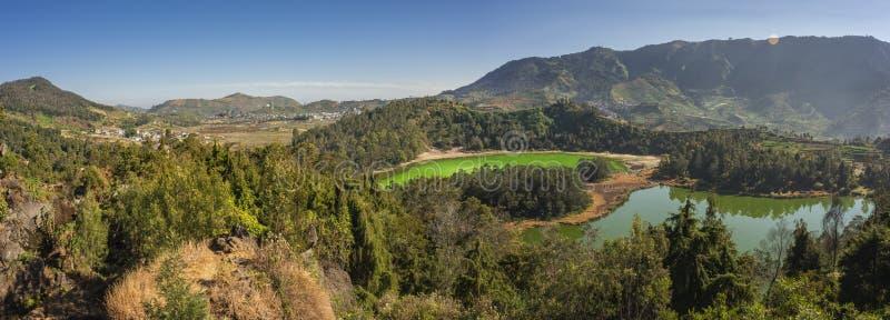 Dwa koloru jeziornego w Dieng plateau antenie obrazy royalty free