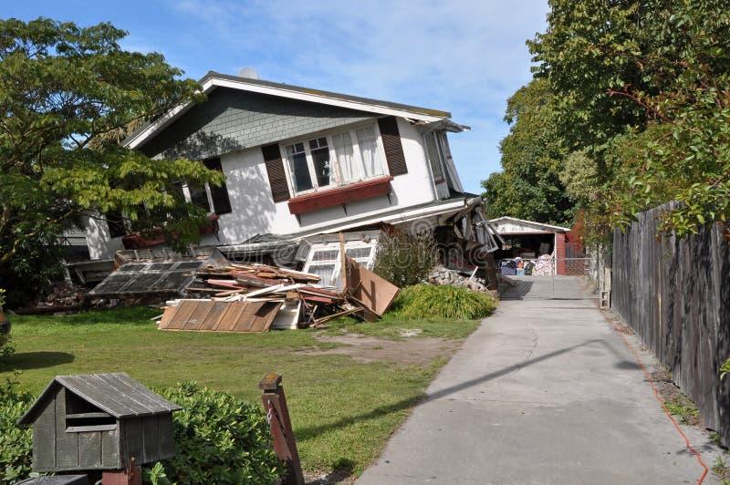Dom Załamuje się w trzęsieniu ziemi. zdjęcia royalty free