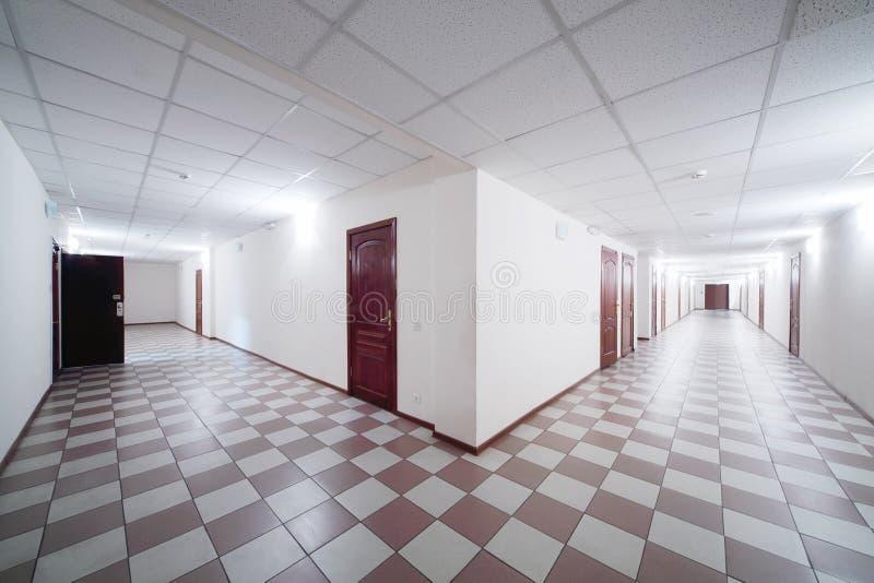 Dwa korytarza z drewnianymi drzwiami zdjęcie stock