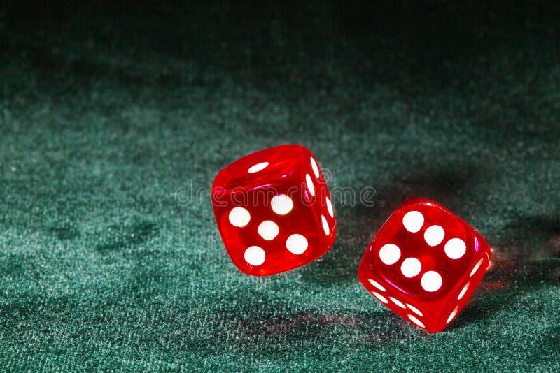 Dwa kostka do gry wirują nad stołowym płótnem zdjęcia royalty free