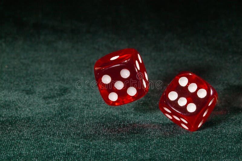Dwa kostka do gry wirują nad stołowym płótnem obraz royalty free