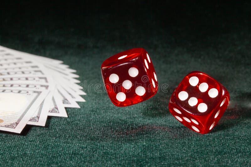 Dwa kostka do gry wirują nad stołowym płótnem fotografia royalty free