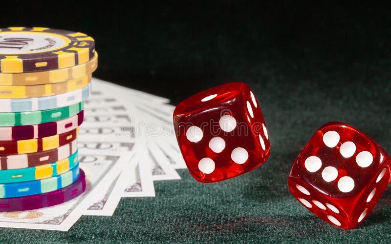 Dwa kostka do gry wirują nad stołowym płótnem zdjęcia stock
