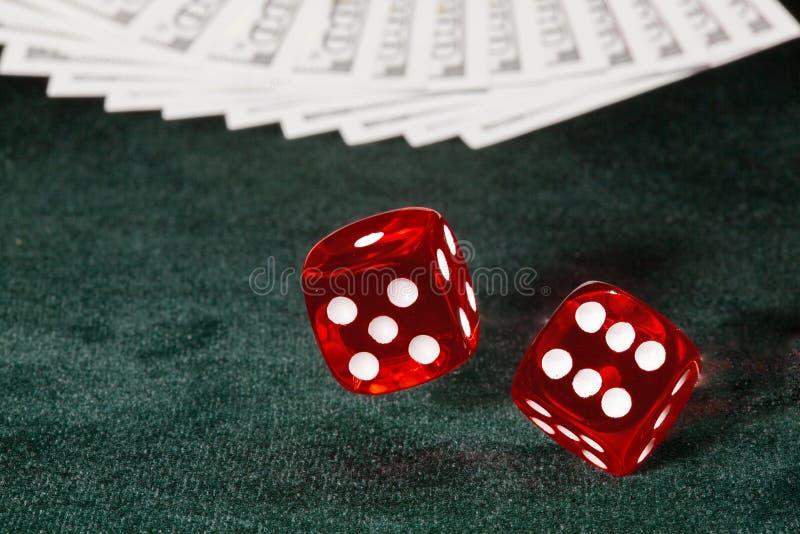 Dwa kostka do gry wirują nad stołowym płótnem obrazy stock