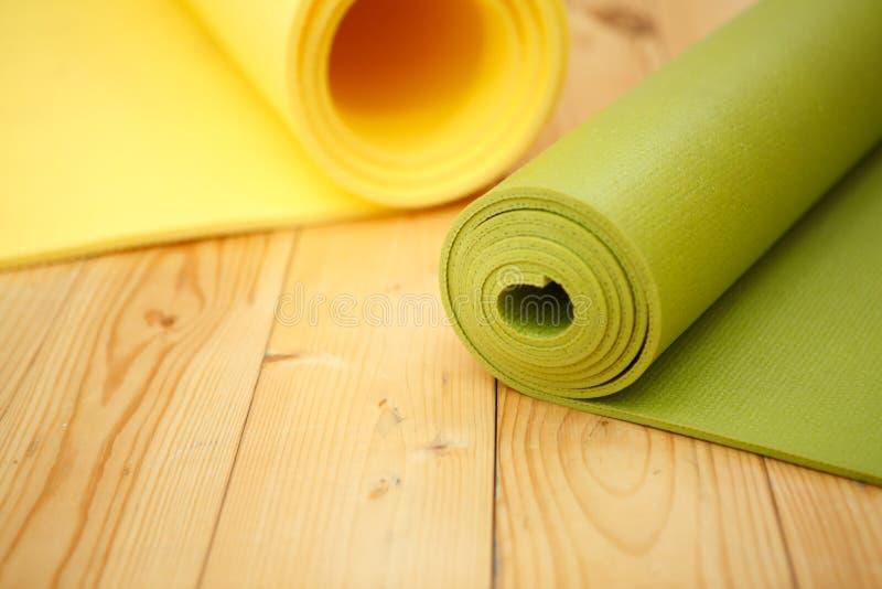 Dwa kręcony dywanik dla sprawności fizycznej obrazy stock