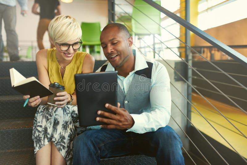 Dwa kreatywnie millenial małego biznesu właściciela pracuje na ogólnospołecznej medialnej strategii używać cyfrową pastylkę podcz obrazy royalty free
