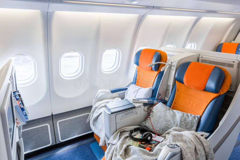 Dwa krzesła przygotowywali spać w samolotowym salonie (horisontal) obraz stock