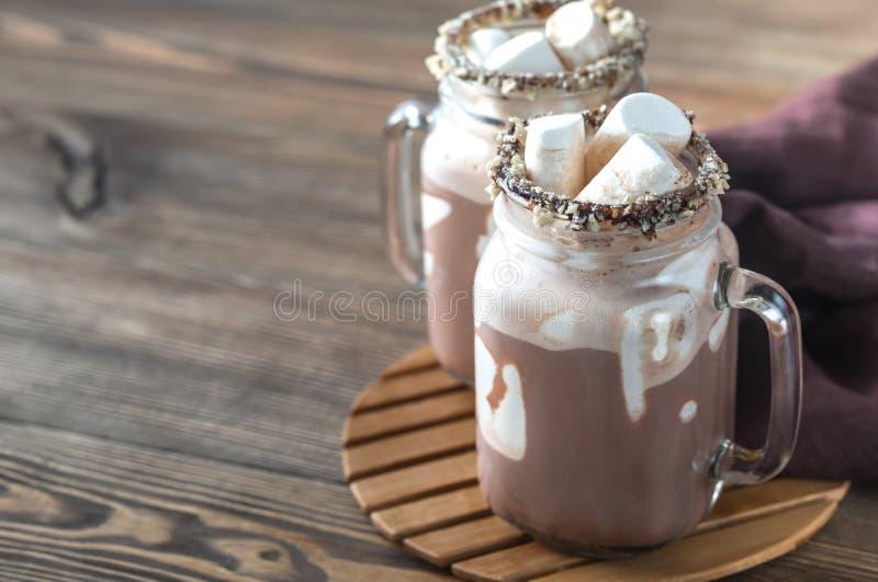 Dwa kubka gorąca czekolada z marshmallows zdjęcie royalty free