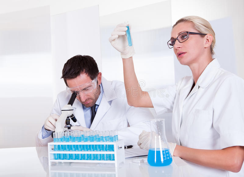 Lab technicy przy pracą w laboratorium zdjęcie stock