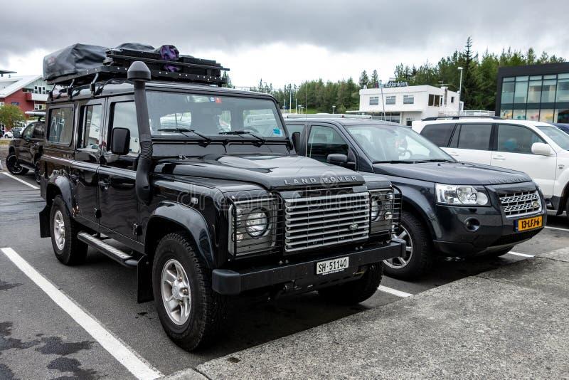 Dwa Land Rover samochodu parkującego i przygotowywającego dla wyprawy w Iceland obrazy royalty free