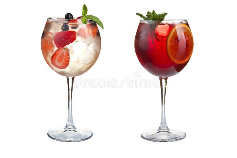 Dwa lat alkoholiczka lub bezalkoholowi koktajle z mennicą, owoc i jagodami na białym tle, Koktajle w szklanych czara obrazy royalty free