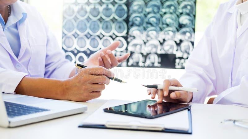 Dwa lekarki analizuje obrazu cyfrowego lub promieniowania rentgenowskiego film lub wyjaśniają CT szumowiny zdjęcie stock