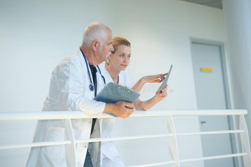 Dwa lekarki opowiada each inny w korytarzu zdjęcie royalty free