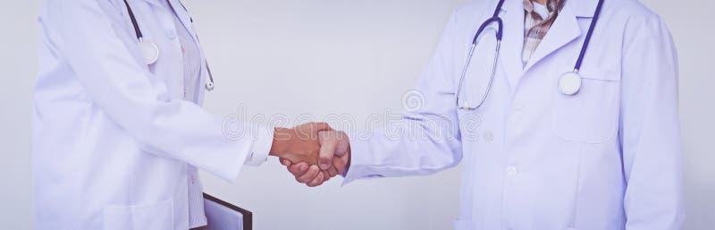 Dwa lekarki trząść ich ręki Medyczny uścisk dłoni zdjęcia stock