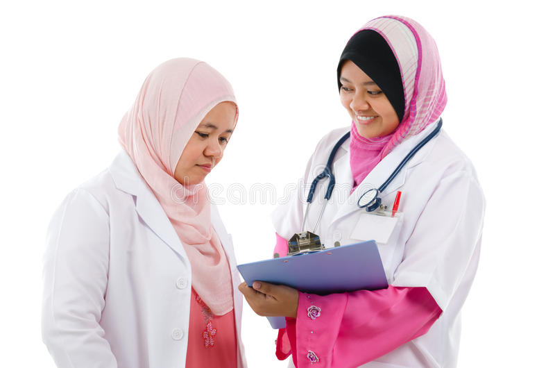 Dwa lekarzów medycyny Azji Południowo Wschodniej Muzułmański dyskutować obrazy stock
