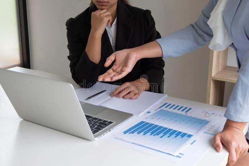 Dwa lider biznesu kobiety dyskutuje mapy pokazuje rezultaty wykresy i zdjęcie stock