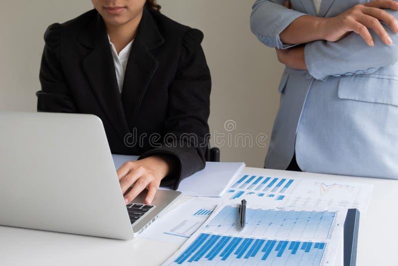 Dwa lider biznesu kobiety dyskutuje mapy pokazuje rezultaty wykresy i fotografia stock