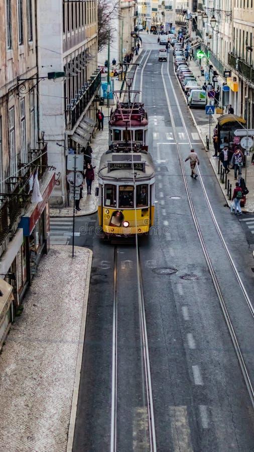 Dwa Lisbon tramwajowy chodzenie w rua De São Paulo Lisbon w linii i normalnym dniu w Lisbon, zdjęcie stock