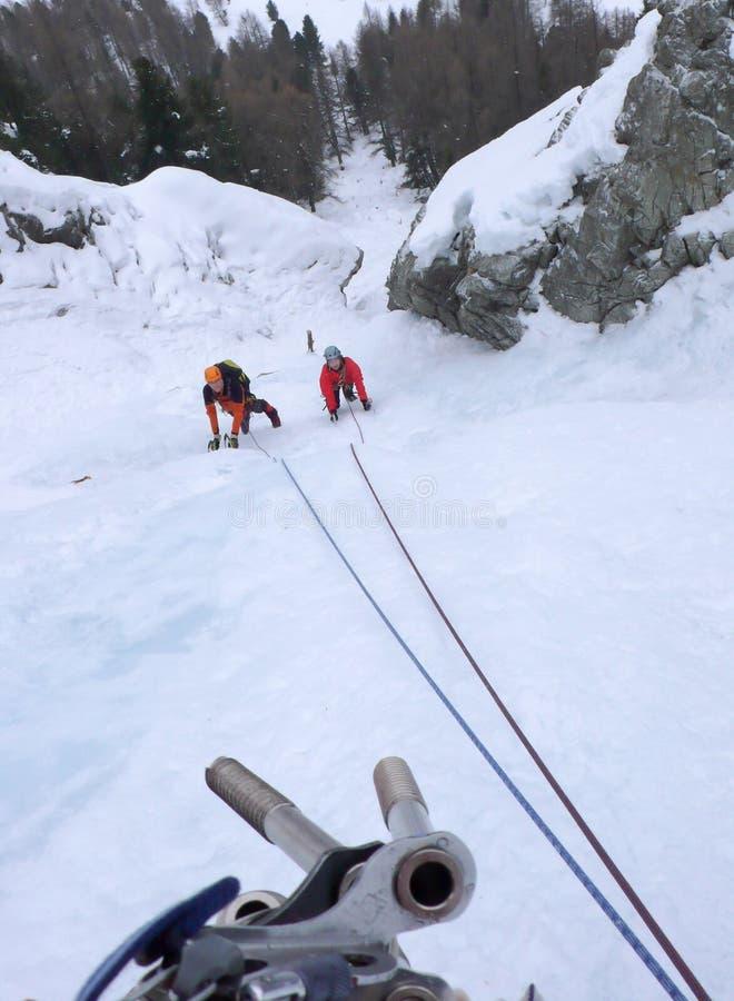 Dwa lodowego arywisty na stromym icefall w zimie w Alps Szwajcaria fotografia stock
