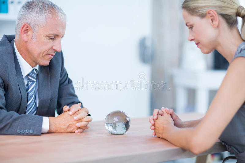 Dwa ludzie biznesu myśleć z kryształową kulą zdjęcia stock