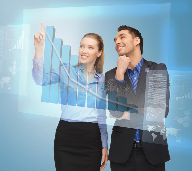 Dwa ludzie biznesu pracuje z wirtualnym ekranem obraz stock