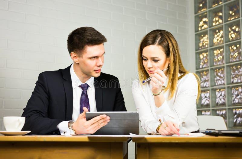 Dwa ludzie biznesu używa pastylka komputer w biurze zdjęcia stock
