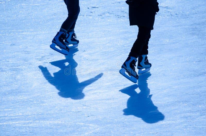 Dwa ludzie jeździć na łyżwach zdjęcie stock