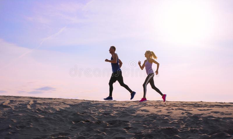Dwa ludzie jogging przy zmierzchem fotografia royalty free